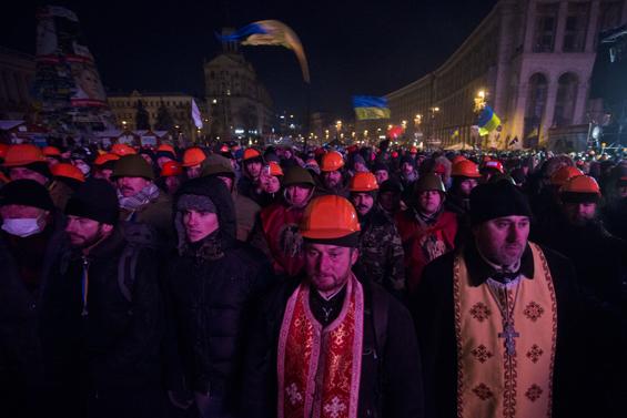 Священики вийшли на зустріч бійцям Беркуту, щоб захистити протесувальників. (Київ, Майдан Незалежності, 11.12.2013 р.)