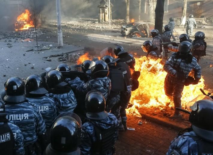 Міліція стріляє по протестувальникам, а у відповідь отримує коктейль Молотова