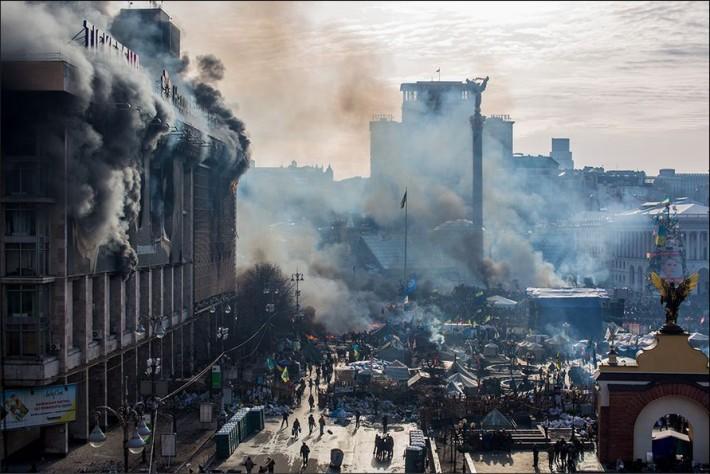 Під час силових протистоянь згорів один із штабів протестувальників у Будинку профспілок, 19.02.2014