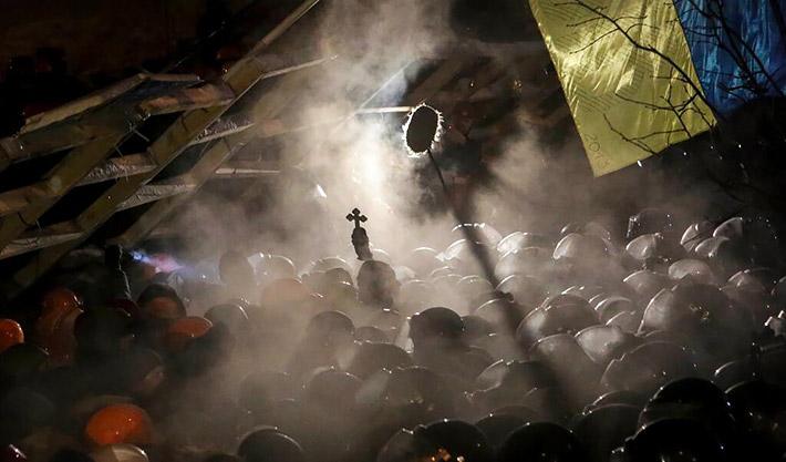 Священик став між протестувальниками та бійцями Беркуту, які штурмували Євромайдан вночі 11 грудня 2013 р.