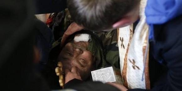 Священник читає молитву над загиблим на Майдані протестувальником, 20.02.2014
