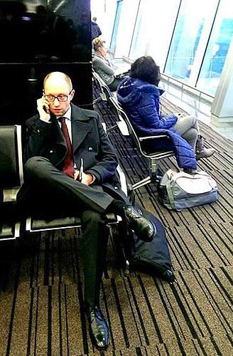 Премьер-министр Украины А.Яценюк в аэропорту