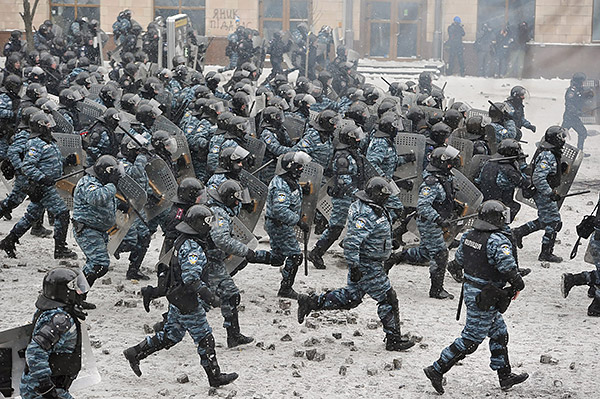 3-Maidan-EuroMaidan-Berkut-gun-riot-police-Kyiv-Ukraine-MVasin