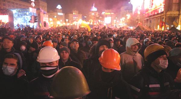 Десятки тисяч українців 3 місяці поспіль протестують на центральній площі Києва, 18.02.2014
