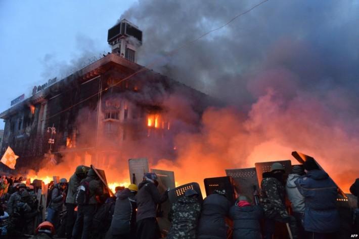 Для самозахисту від наступу міліції протестувальникі використовують заслони з підпалених шин, 18.02.2014
