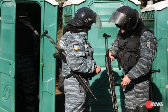 Бійці Беркуту активно застосовують рушниці 12 калібру з картеччю, гумовими та бойовими набоями