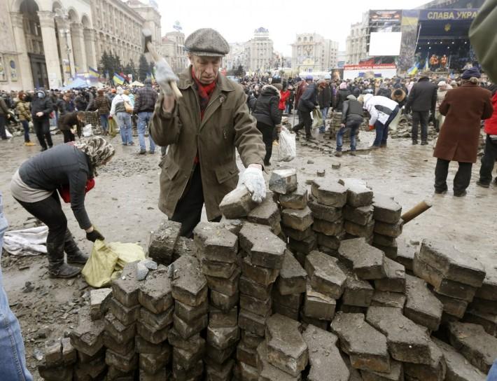 У такий спосіб протестувальники захищають своє право на мирний протест на Майдані, 18.02.2014