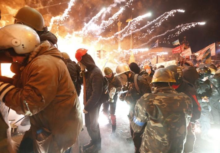 Феєрверки допомагають протестувальникам стримувати наступ бійців Беркуту