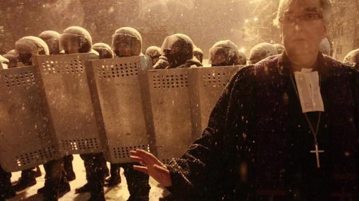 Пастор Ральф Хаска став між рядами бійців і протестувальників, не давши пролитись крові. (Київ, вул. Лютеранська, 10.12.2013 р.)