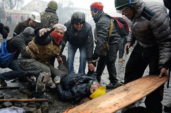 Протестувальники виносять ще одного пораненого з поля бою, 20.02.2014