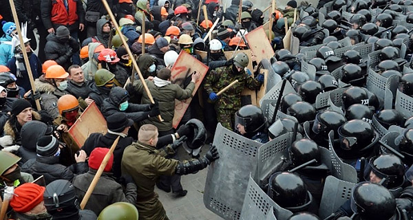 2-Maidan-EuroMaidan-Berkut-gun-riot-police-Kyiv-Ukraine-MVasin