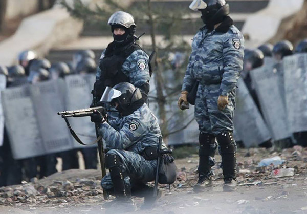 4-Maidan-EuroMaidan-Berkut-gun-riot-police-Kyiv-Ukraine-MVasin